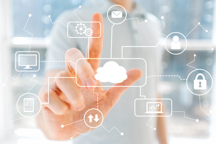 Finger tippt auf digitale Cloud Elemente