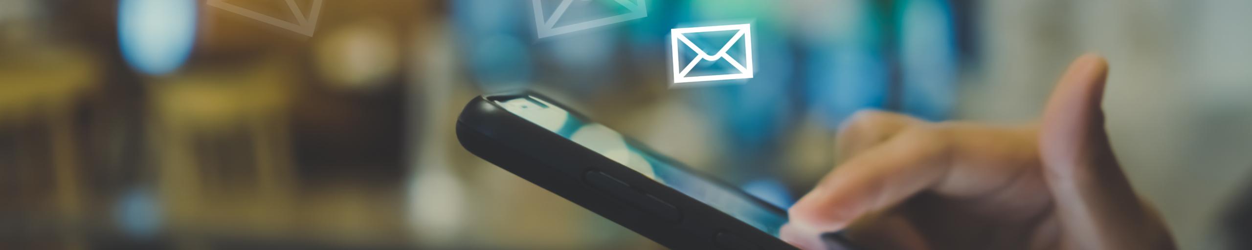 Headerbild E-Mails fliegen aus Smartphone