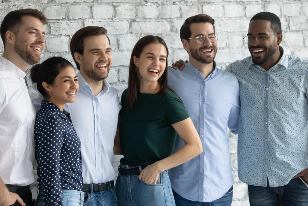 Lachende Gruppe von Kollegen