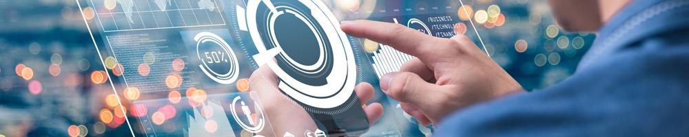 Headerbild Mann tippt auf Smartphone mit digitalem Overlay