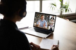 Video-Konferenz auf Laptop am Schreibtisch