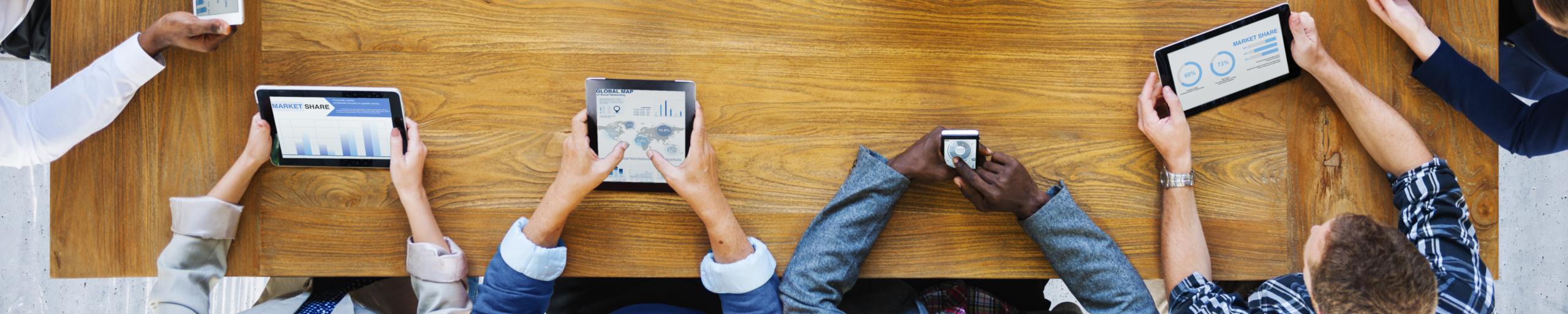Headerbild Mobile Devices am Holztisch