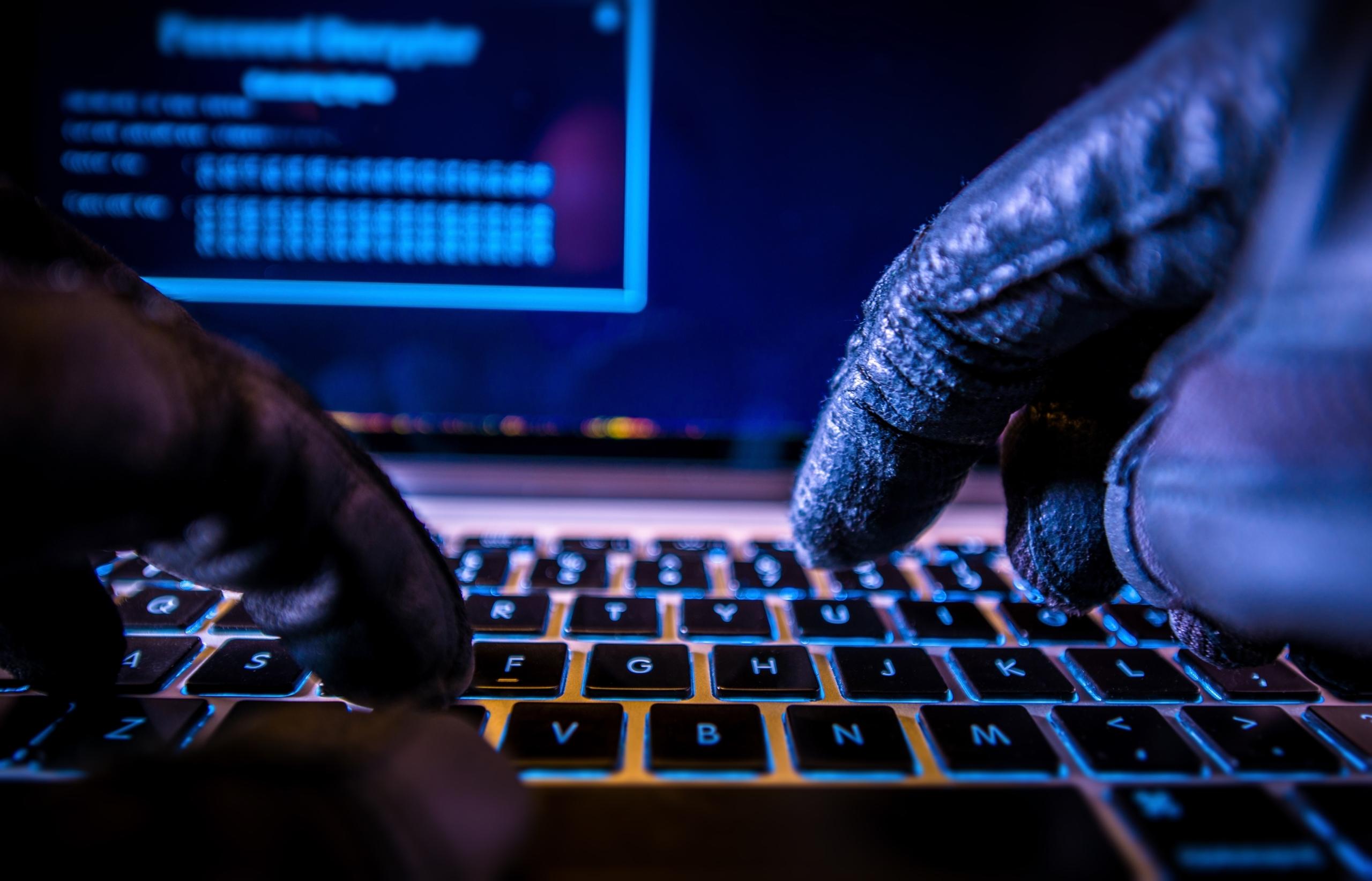Finger mit Handschuhen auf Tastatur