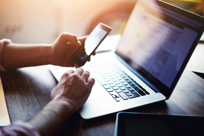 Mobil und am Laptop - Titelbild